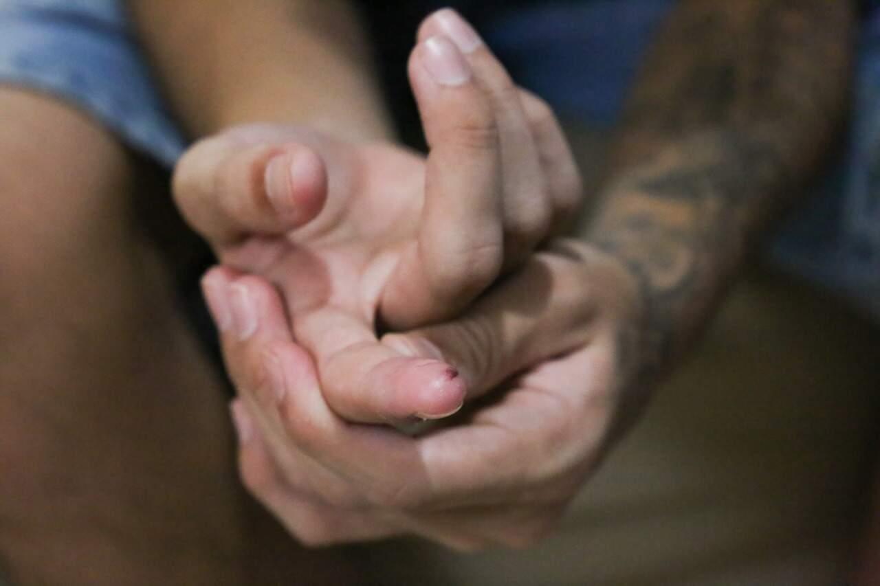 """As mãos são de """"Tchola"""", que aos 18 anos já tem uma condenação e já foi vítima de erro do judiciário. (Foto: Paulo Francis)"""