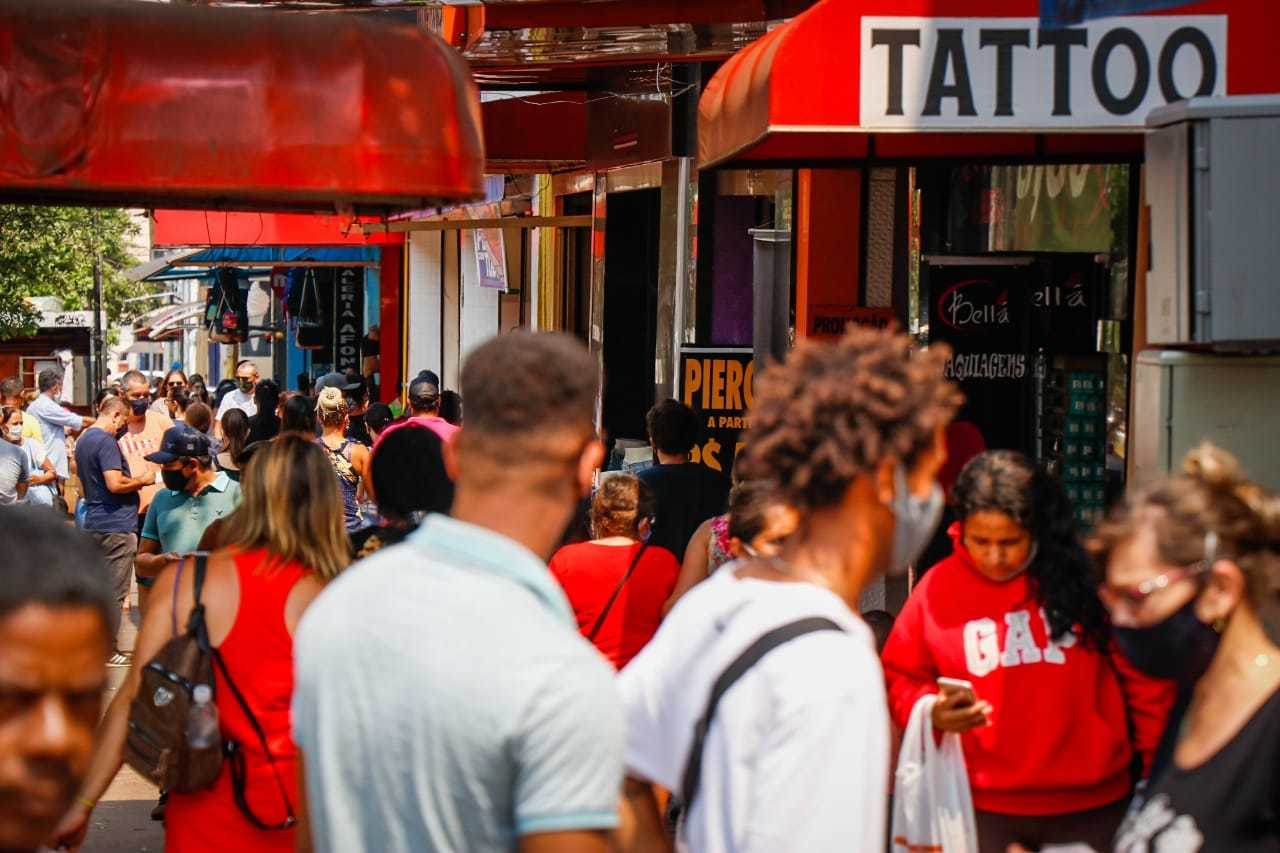 Movimento de pedestres no Centro de Campo Grande. (Foto: Henrique Kawaminami)