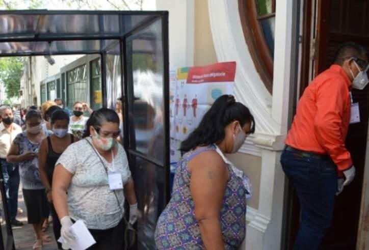 Fila na entrada do Consulado, em Corumbá (Foto: Leonardo Cabral/Diário Corumbaense)