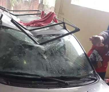 Forte ventania em chácara derruba eucaliptos sobre 3 carros