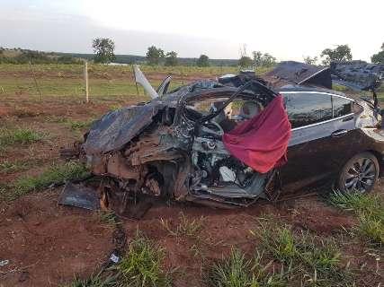 Dois morrem após carro bater em capivara e capotar várias vezes