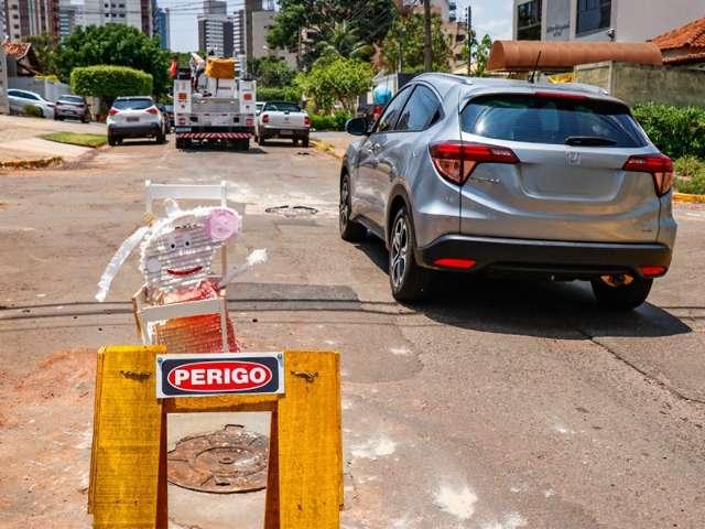 Peppa Pig alerta motoristas sobre buraco na Rua da Paz