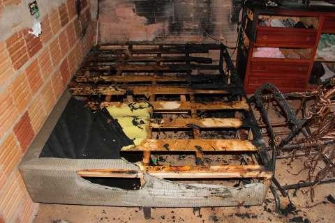 Curto-circuito provoca incêndio e deixa família sem cama e TV no Tarumã