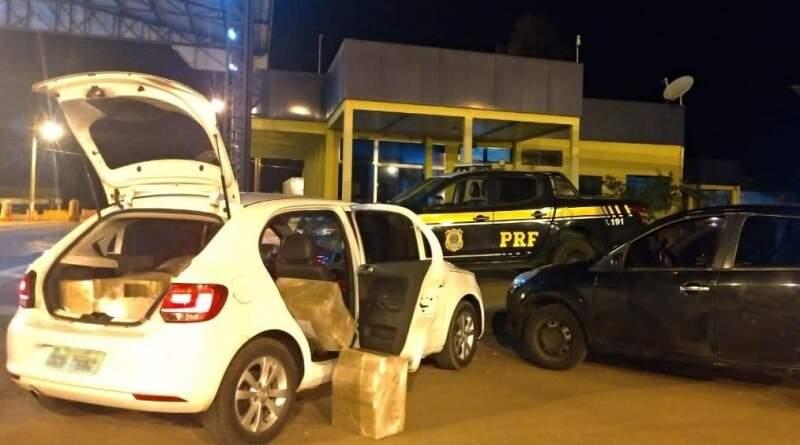 Carros envolvidos no transporte da droga apreendidos pela PRF (Foto: Divulgação)