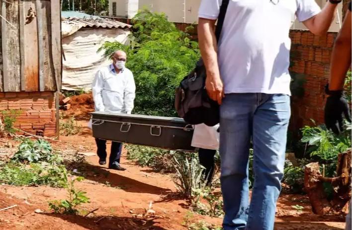 Equipe recolhe o corpo de Graziele Quele, vítima de feminicídio, em maio deste ano, em Campo Grande (Foto/Arquivo: Henrique Kawaminami)