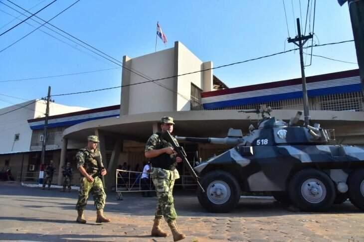 Policiais reforçaram segurança em frente à penitenciária de Asunción (Foto: Última Hora)