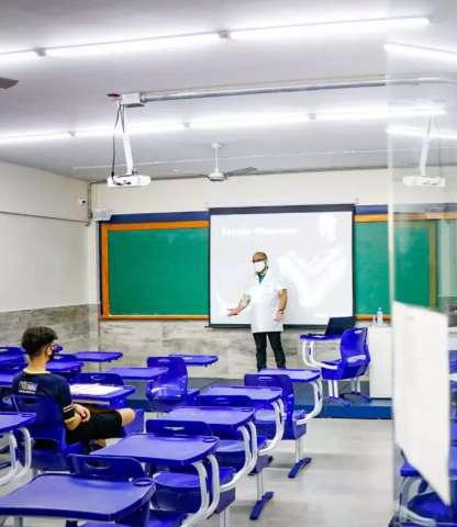 Volta à rotina no Ensino Médio particular tem sala com apenas 2 alunos