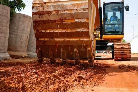 """""""Pra quem come poeira, vai melhorar muito"""", diz moradora em início de asfalto"""