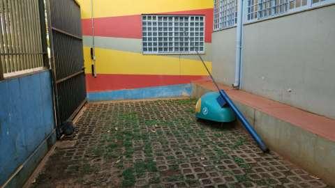 Orelhão cai com ventania e morador tenta retirada há 2 dias