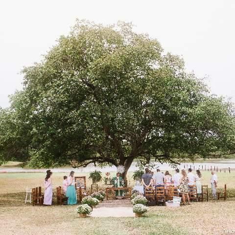 """Após perder bebê, Tati batiza filha em árvore do """"renascimento"""""""