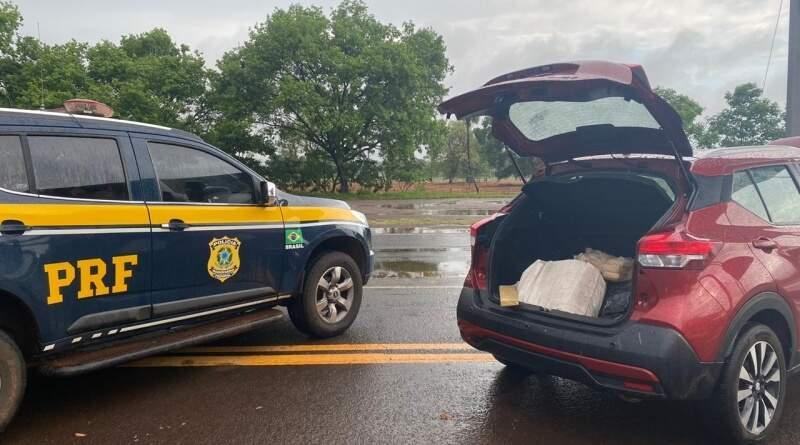 A direita, veículo Kicks onde foram encontrados os tabletes de maconha. (Foto: PRF)