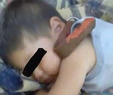 Tio-avô prende menino de dois anos com coleira de cachorro e ainda filma