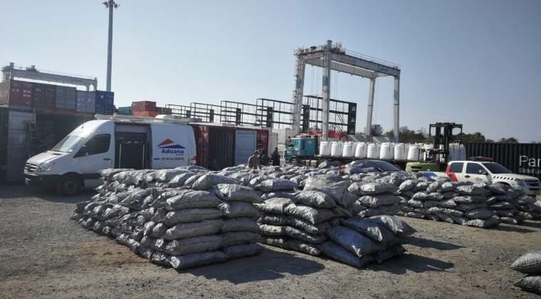 Sacos de carvão retirados de container em porto no Paraguai (Foto: Jornal Hoy)
