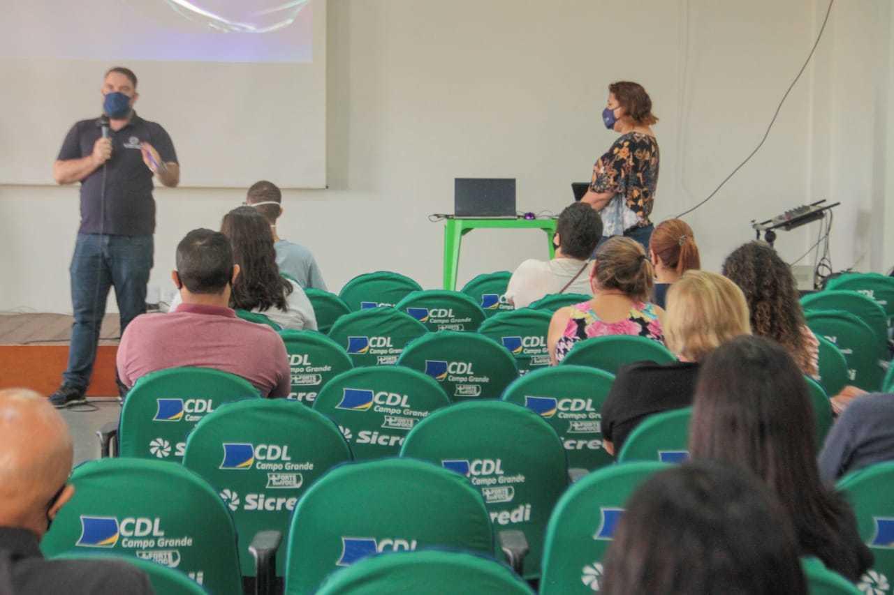 Candidatos assistem palestra com dicas para entrevista de emprego (Foto: Marcos Maluf)