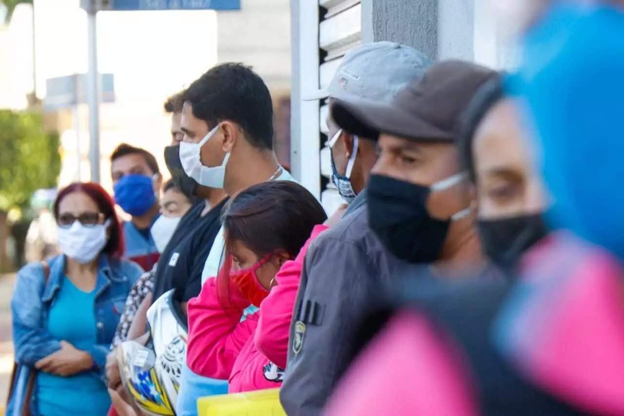 Máscaras caseiras, feitas de pano, ajudam a barrar o contágio pelo vírus, dizem especialistas (Foto: Henrique Kawaminami/Arquivo)