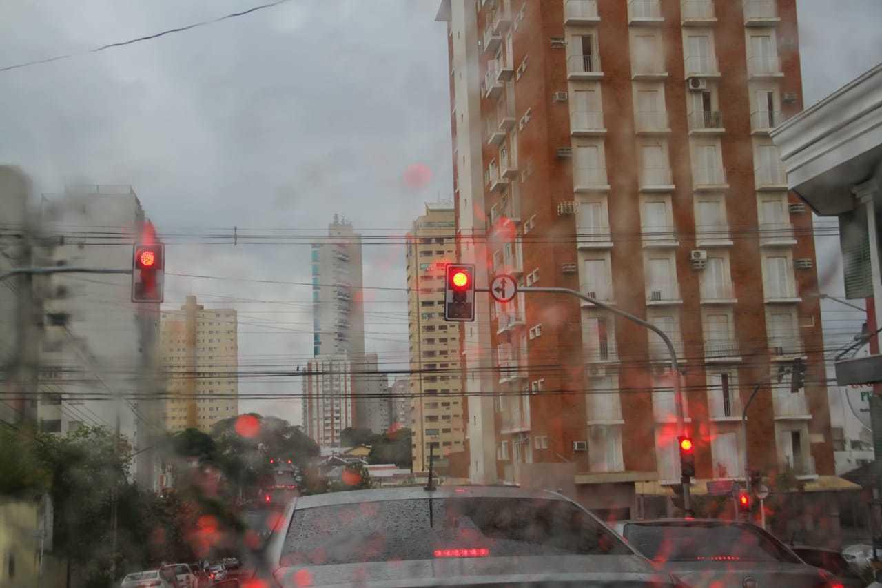 Chuva fraca pela Rua Antônio Maria Coelho, no Centro, durante esta tarde. (Foto: Paulo Francis)