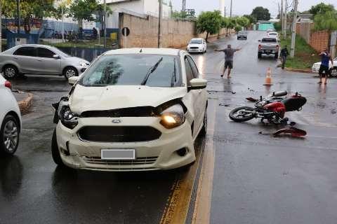 """Motociclista em alta velocidade atinge Ford Ka e """"voa"""" por cima de carro"""