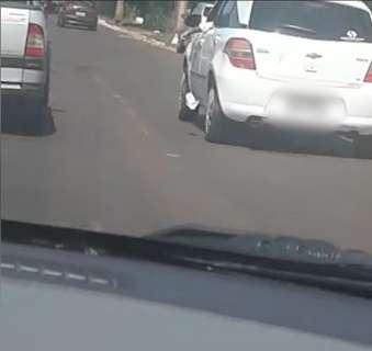 Motorista é flagrado espalhando santinho no trânsito da Capital