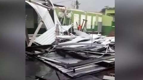 Temporal com granizo destrói telhado de escola e alaga ruas em Rio Negro