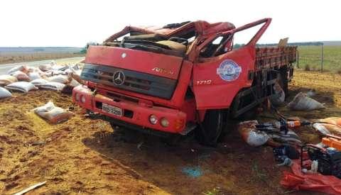 Caminhão sai da pista, capota várias vezes e deixa motorista gravemente ferido