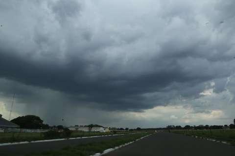 Céu escuro e carregado chega com pancada de chuva em Campo Grande