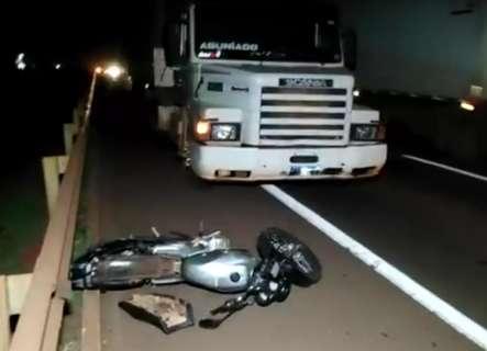 Mulher morre e irmã fica ferida após colisão entre moto e carreta na BR-163
