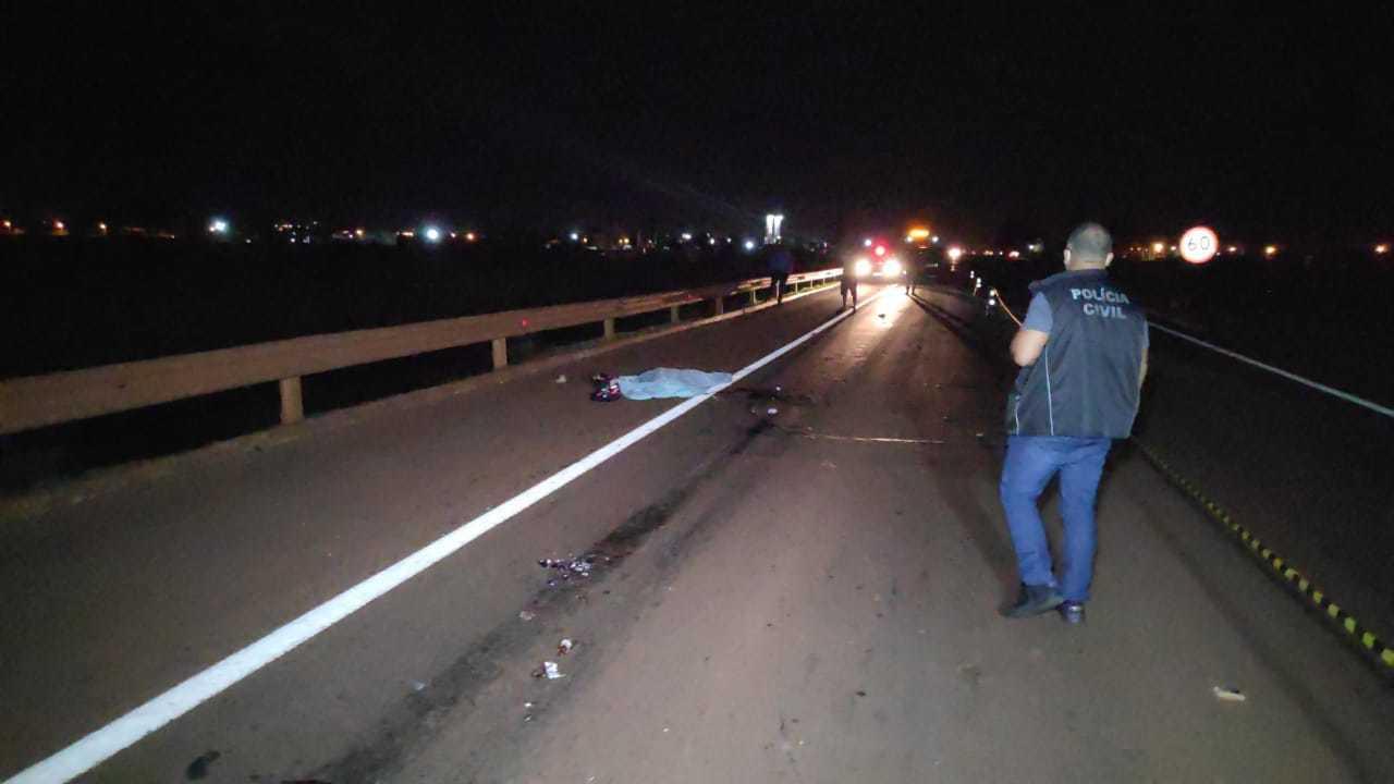 Policial no local onde moto foi arrastada por carreta, na BR-163 (Foto: Adilson Domingos)