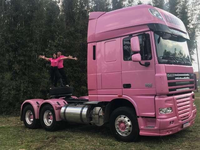 Na estrada, casal encontra amor e vive em caminhão cor de rosa