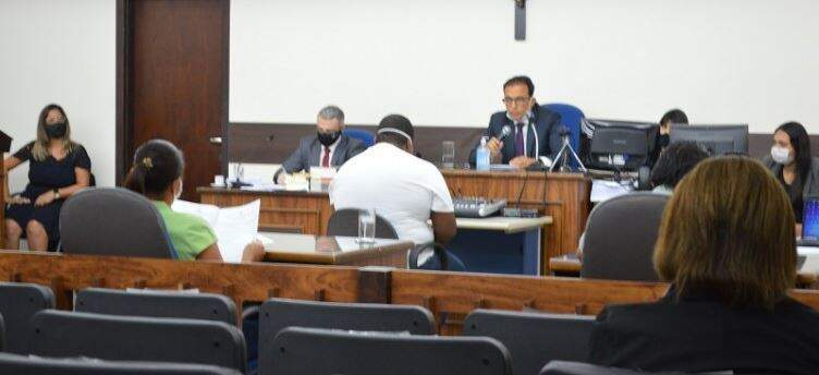 Edevaldo Costa Leite em frente ao juíz, durante o julgamento. (Foto: Leonardo Cabral/ Diário Corumbaense)