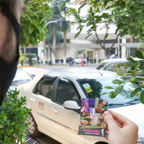 """No Centro, """"santinho erótico"""" faz convite e tem gente incomodada"""