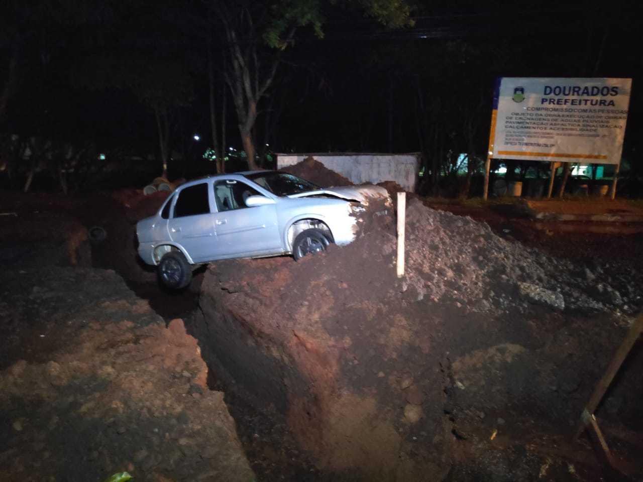 """O veículo """"voou"""" por cima do buraco e parou do outro lado da obra com as duas rodas traseiras suspensas no ar. (Foto: Adilson Domingos)"""