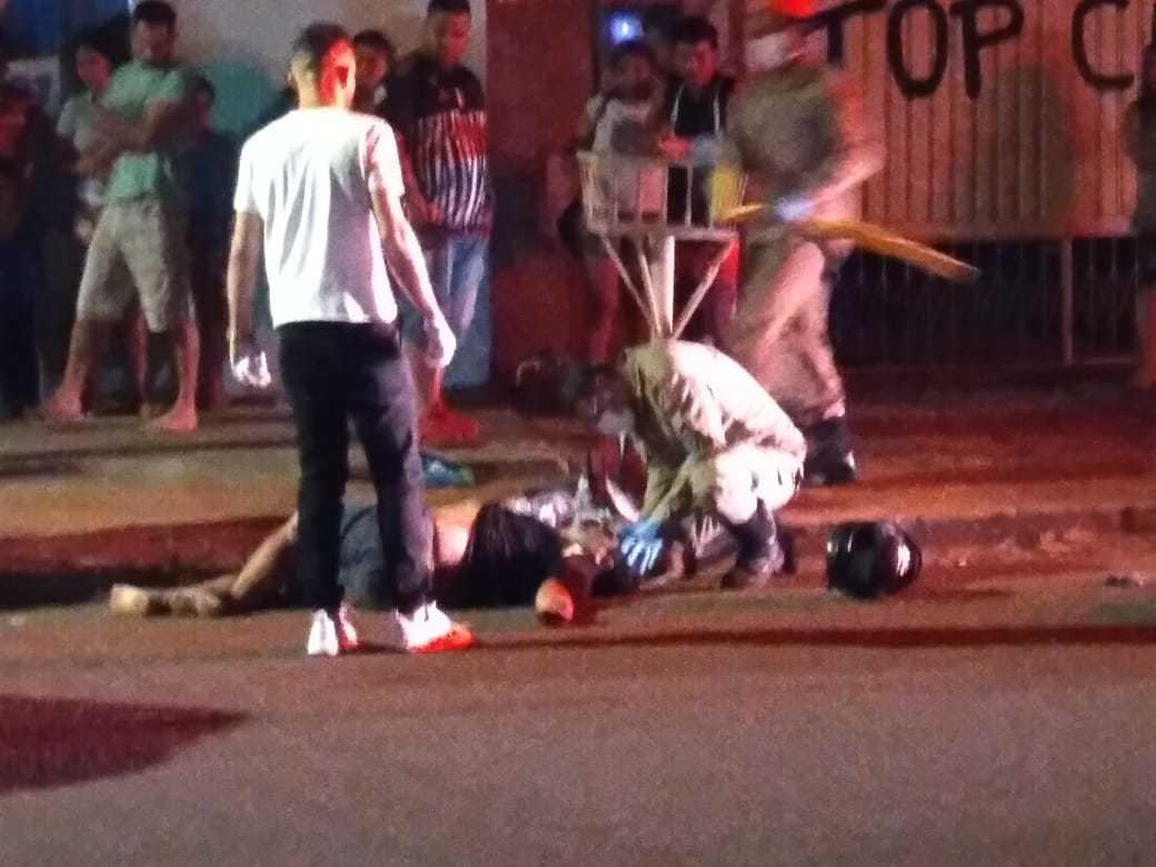 Atendimento a motociclista ferido em acidente no cruzamento no sábado (17). (Foto: Direto das Ruas)