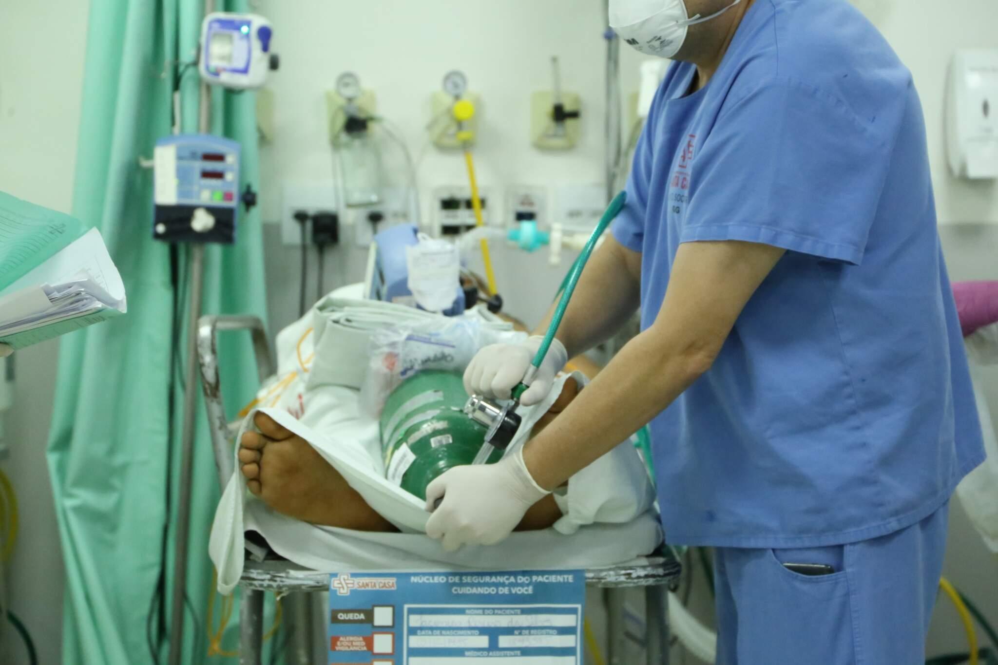 Paciente sendo preparado para transporte entre áreas. (Foto: Kísie Ainoã)