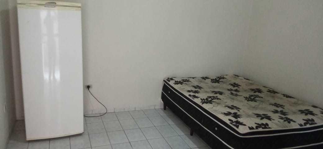 Cama e geladeira no quartinho onde Sabiá vai morar. (Foto: Reginaldo Viana | Direto das Ruas)