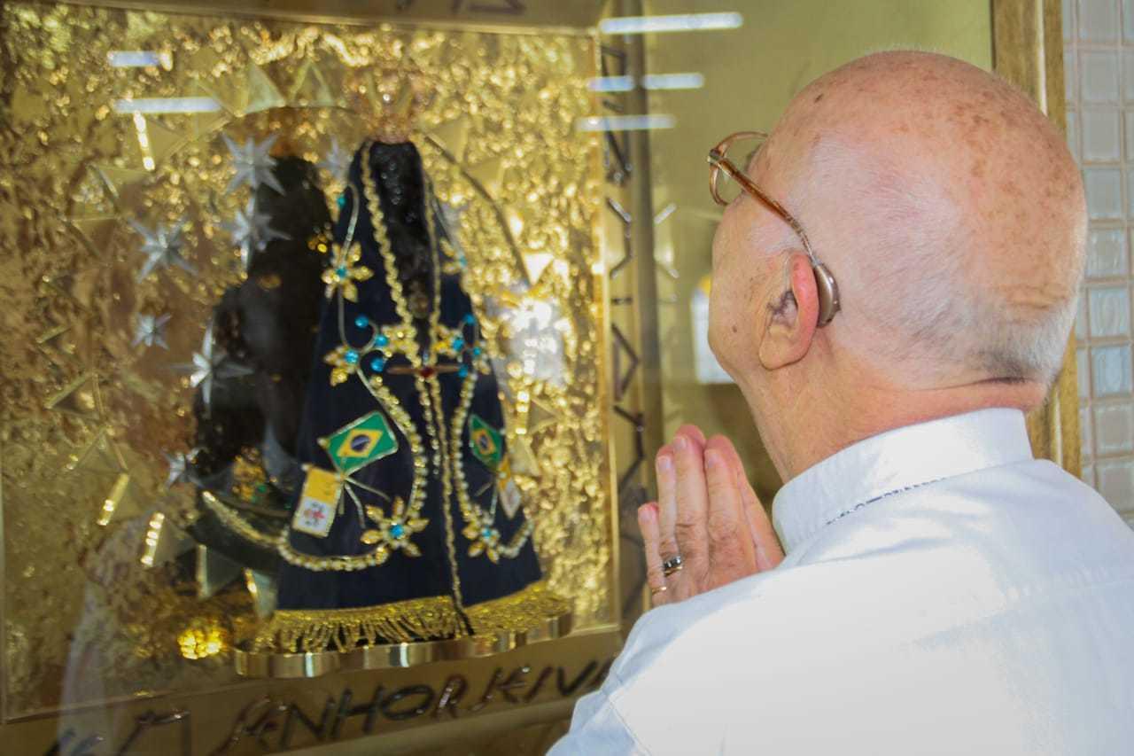Padre Luciano foi o responsável tanto pela imagem quando pela relíquia na peróquia (Foto: Marcos Maluf)