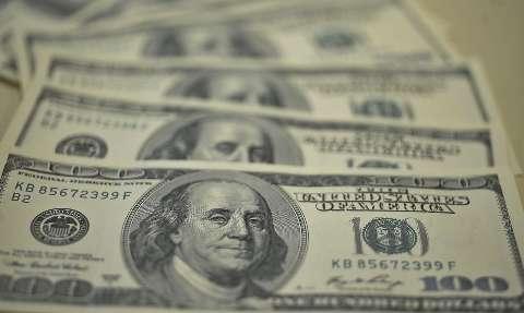 Dólar cai na semana, mas fecha sexta em alta com impasse nos EUA e indicadores