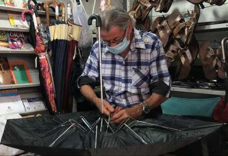 Sobrevivente no Centro, consertador de sombrinhas volta à ativa depois da seca