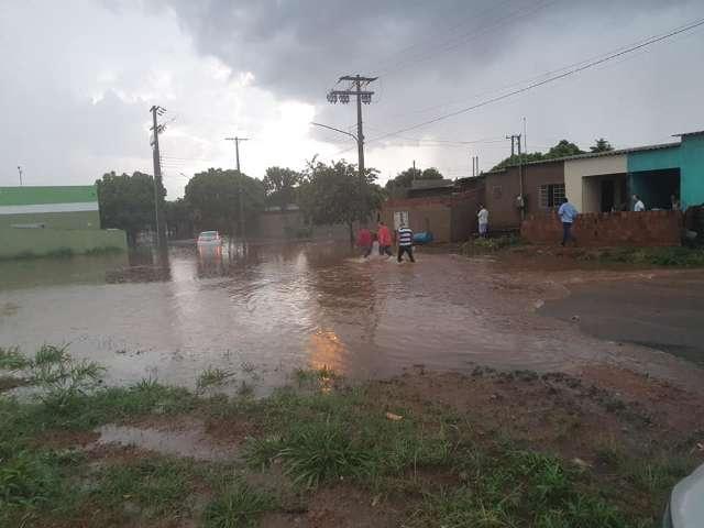 Chuva de 82 mm fez canal transbordar, alagou ruas e residências em cidade de MS