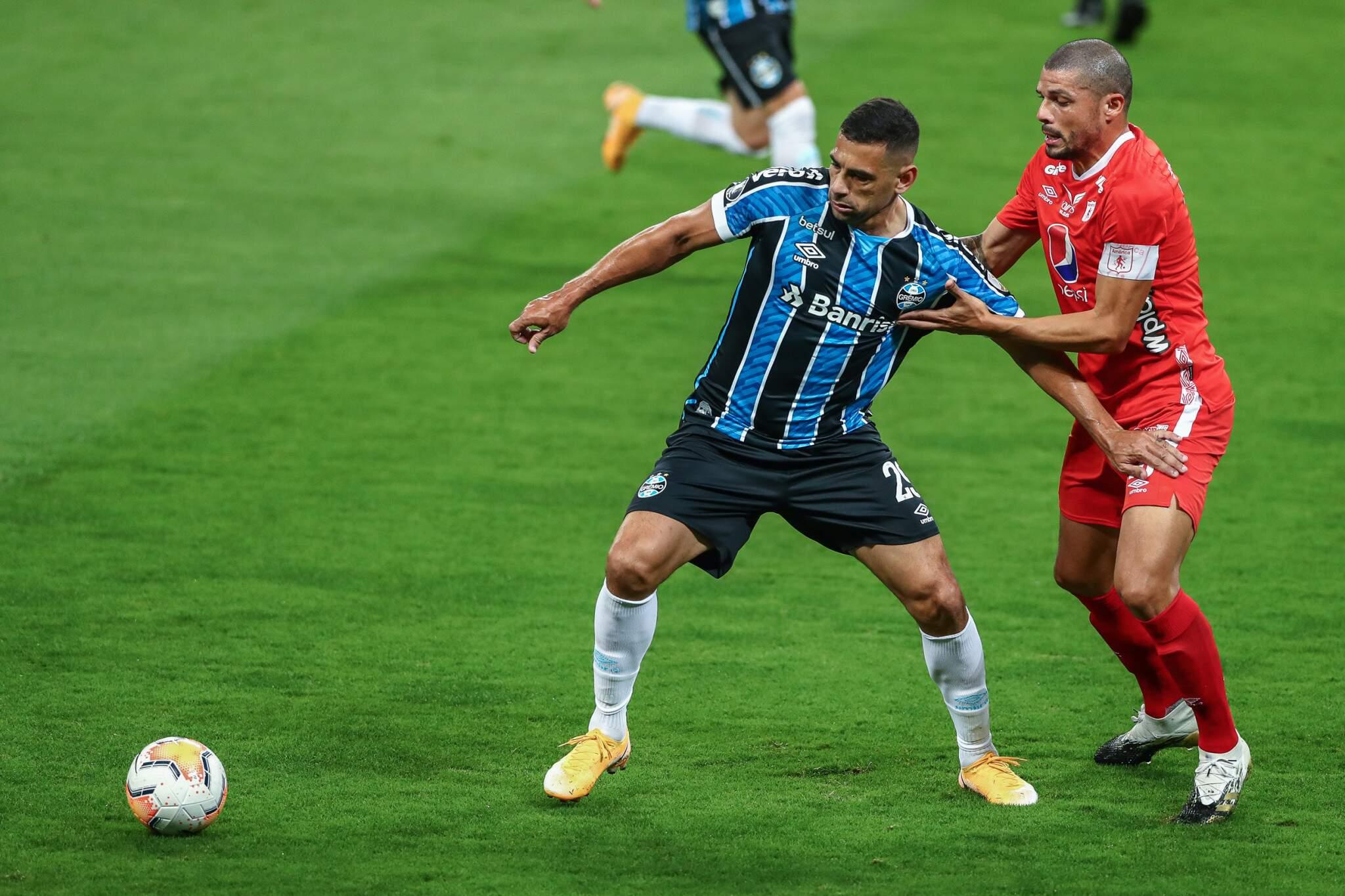 Disputa de bola durante a partida desta noite. (Foto: Lucas Uebel | Grêmio FBPA)