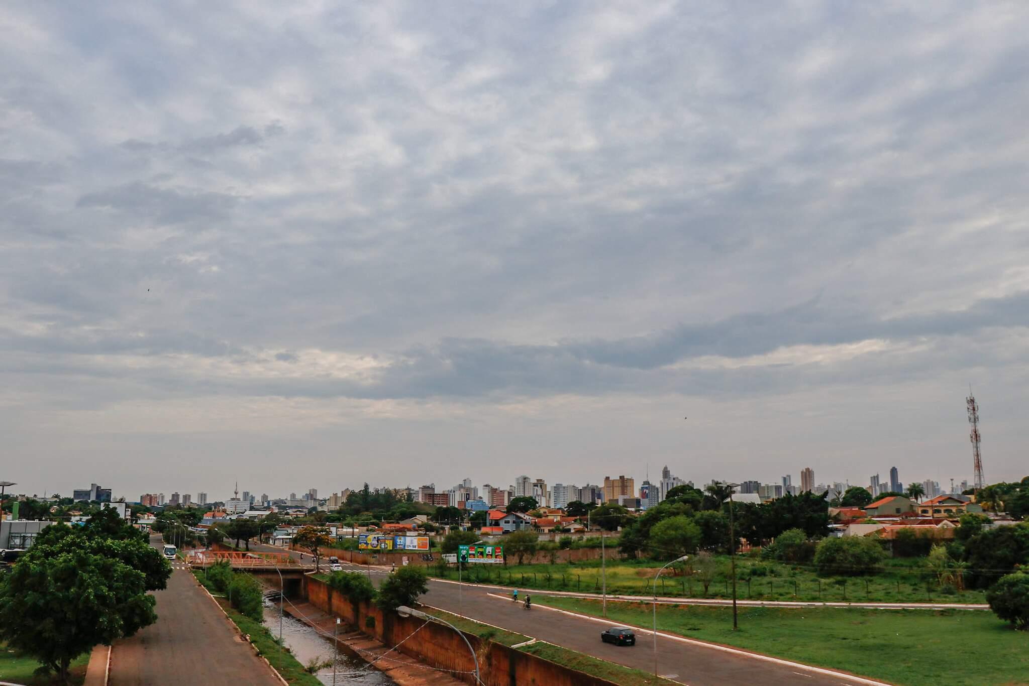 Dia amanhecendo com céu encoberto por nuvens na região da Avenida Ernesto Geisel, em Campo Grande (Foto: Henrique Kawaminami)