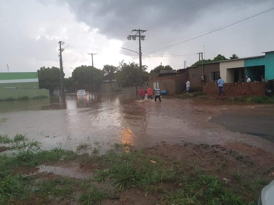 Um dos cruzamentos alagados durante o temporal desta tarde, na cidade. (Foto: Jovem Sul News)