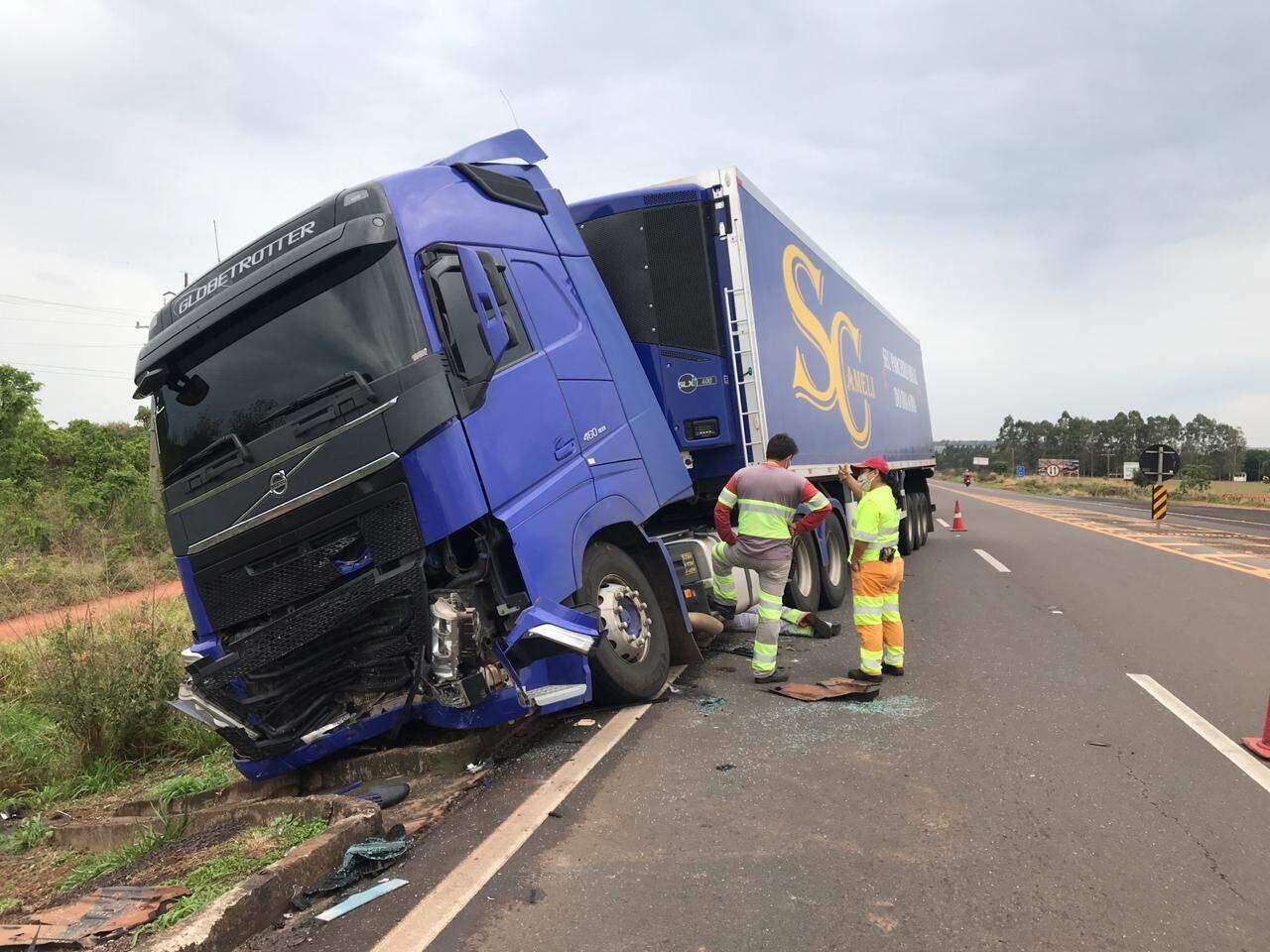 Carreta envolvida em acidente que deixou condutor de carro de passeio gravemente ferido (Foto: Ana Beatriz Rodrigues)
