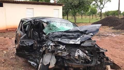 Colisão com carreta destrói carro e deixa homem em estado grave