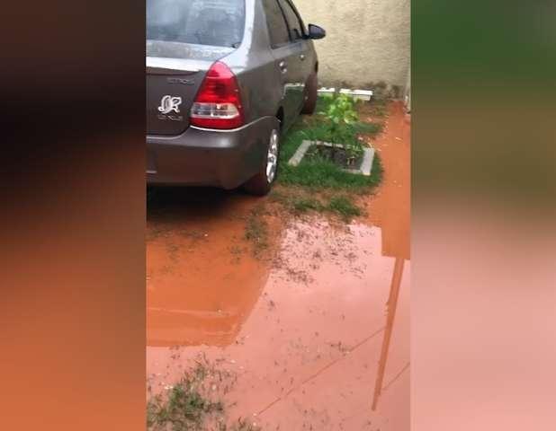 Com as chuvas, casa em rua sem asfalto fica alagada
