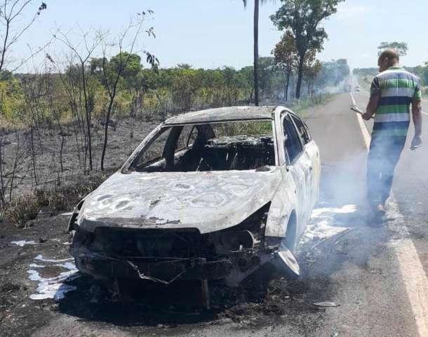 Cruze fica destruído após pegar fogo na BR-267