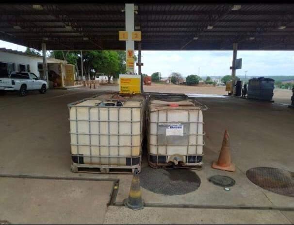 Caixas plásticas onde estavam armezados o óleo diesel (Foto: Divulgação)