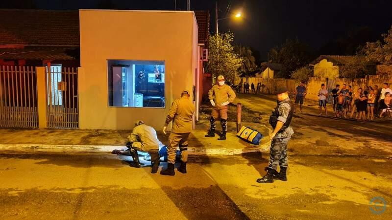 Área isolada, equipe do Corpo de Bombeiros e policiais no local do crime (Foto: PC de Souza/Edição MS)