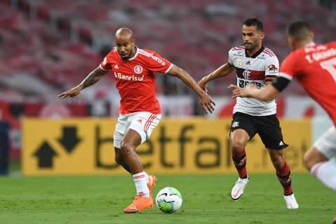 Flamengo arranca empate no fim com o Inter e mantém briga acirrada pela lideranç