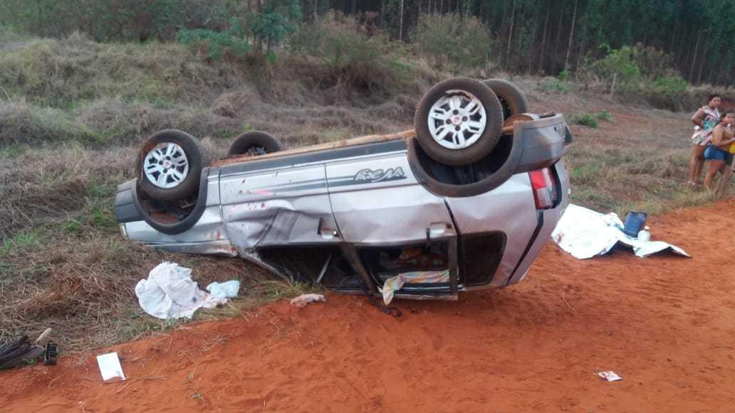 Fiat Uno capotado após motorista perder o controle da direção; homem, não identificado, morreu (Foto: Divulgação)