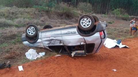 Carro capota, condutor morre e 3 pessoas ficam feridas